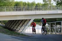 Podjezdy pod Jižním mostem v Sokolově ulici v brněnských Horních Heršpicích na cyklostezce podél řeky Svratky.