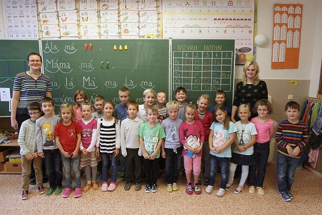 Focení prvňáčků vZŠ Bosonožské náměstí vBrně. Na fotografii 1.třída střídní učitelkou Markétou Smejkalovou.
