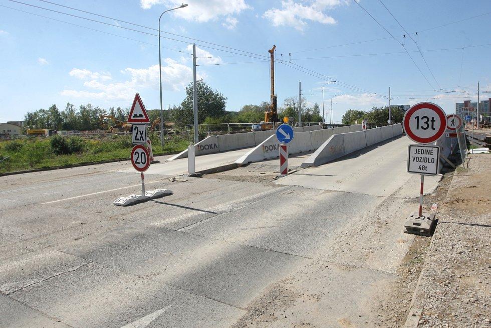 Úprava křižovatky Jihlavská - Bítešská - Akademická kvůli stavbě tramvajové tratě do univerzitního kampusu v Brně-Bohunicích.