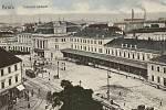 Již téměř před sto lety Brňany od hlavního vlakového nádraží vozily tramvaje. Nádražní ulice se ale tenkrát jmenovala Nádražní náměstí. Na fotografii je pohled z ulice Bašty pořízený kolem roku 1920.