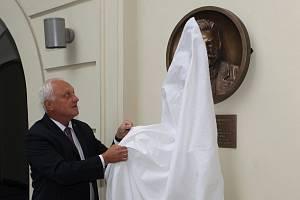V budově rektorátu brněnského VUT odhalil rektor Petr Štěpánek bronzový reliéf Antonína Rezka.