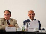 Jednání bystrckého zastupitelstva, při němž starostovi brněnské městské části Tomáši Kratochvílovi (vpravo) zastupitelé vyslovili důvěru.