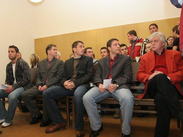 Fotbalisté Bystrce před soudem. Zleva: Mrázek, Benko, Houšť, Schuster, Duda