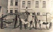 Mladí hasiči cvičí na dvoře zbrojnice – přelom 30. a 40. let.