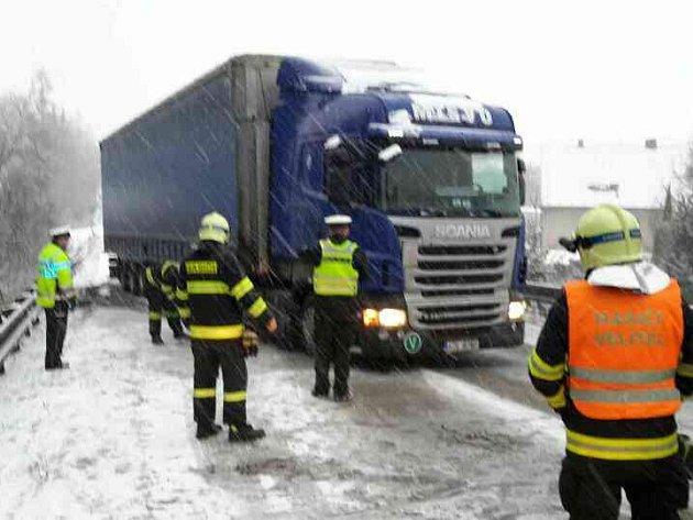 Sněžení přináší víc nehod a komplikací. Například na Blanensku ve stoupání silnice 43uobce Závist mají problémy kamiony. Jednomu hasiči museli pomáhat (na snímku).