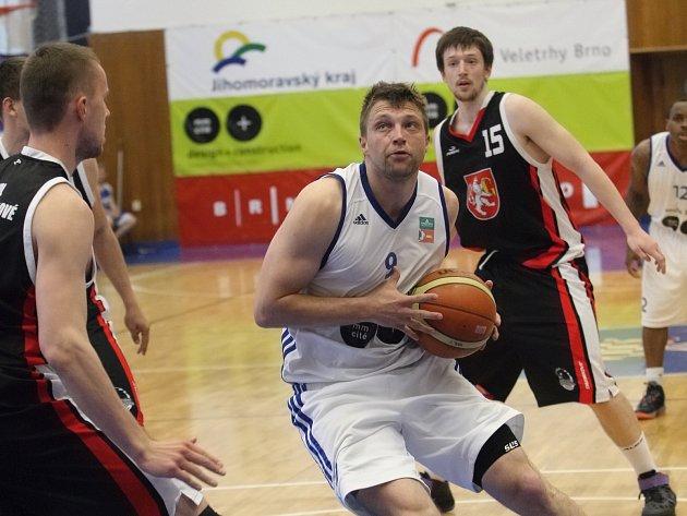 Symbolicky na Den vítězství oslavili basketbalisté brněnského Mmcité nejdůležitější vítězství v sezoně.