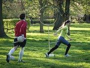 Famfrpál je sport, který vymyslela autorka příběhu o mladém kouzelníkovi Harrym Potterovi. Zatímco ve knihách hráči létají na metlách, příznivci hry ze skutečného světa si při běhu mezi nohami přidržují tyče.