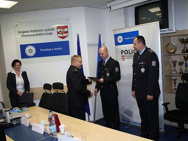 Šedesátka policistů a zaměstnanců jihomoravské policie dostala ocenění za dlouhodobé darování krve.