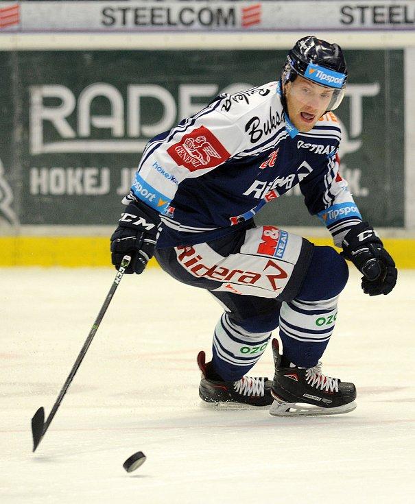Hokejisté Komety Brno (v bílém) porazili Vítkovice i ve druhém čtvrtfinále, tentokrát 3:2 po řádné hrací době.