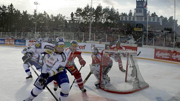 Hokejový zápas pod širým nebem se v novodobé extraligové historii hrál jen jednou, v lednu 2011 se na plochodrážním stadionu ve Svítkově utkaly Pardubice a Kometa Brno.