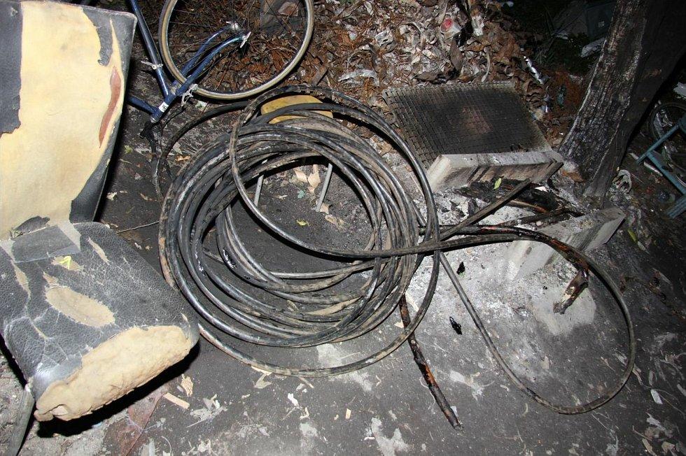 Krádež třicet metrů kabelů způsobila poruchu na trati.