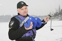 Měření ledu na brněnské přehradě.