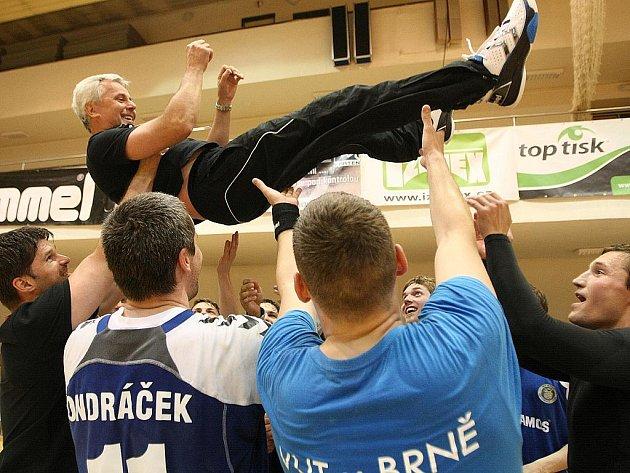Takhle brněnští házenkáři oslavovali trenéra Zdeňka Missbacha po jedné z výher v roce 2011.