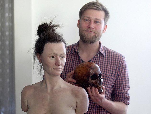 Unikátní kousek se povedl týmu odborníků z brněnského Moravského zemského muzea. Podle originálu lebky vytvořili podobu ženy, která žila asi před třiceti tisíci lety. Do očí ji lidé od pátku mohou pohlédnout v pavilonu Anthropos.