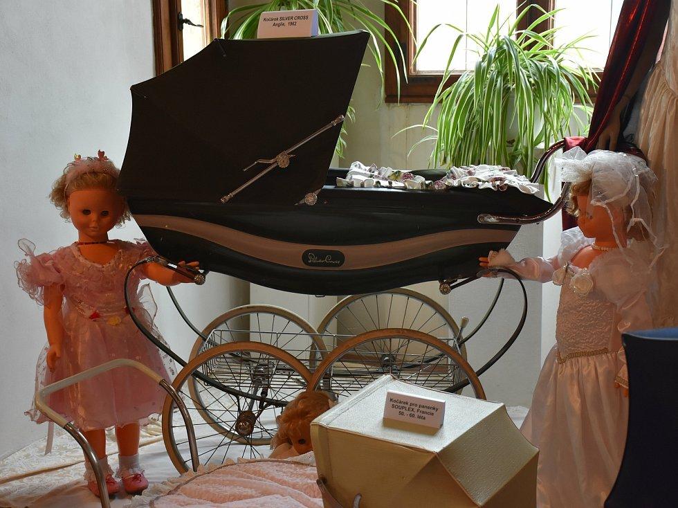 Výstava v památníku Alfonse Muchy v Ivančicích mapuje historii kočárků.