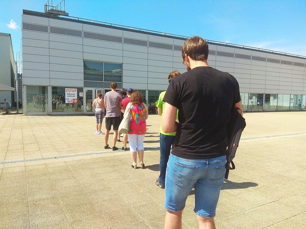 Dopolední řada lidí na brněnském výstavišti.