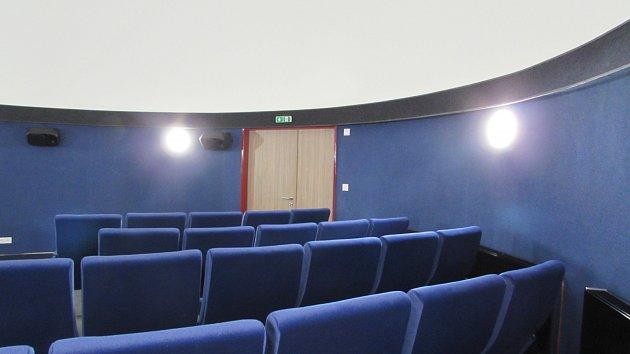 NOVÉ HLEDIŠTĚ PLANETÁRIA. Je vybaveno pohodlnými sedačkami.