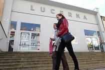 Ve svetrech už se nebudou choulit návštěvníci kina Art s proslulou kavárnou. Díky opravám vytápění je v budově příjemněji. Kino Lucerna v brněnských Žabovřeskách potřebuje novou střechu. Radnice plánuje vyměnit i sedačky.
