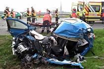 Střet kamionu a auta u Pohořelic skončil ve středu ráno tragicky. Dva lidé zemřeli.