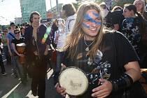 Stovky mladých lidí v pátek protestovaly proti vyhlášce zakazující hraní na ulici.
