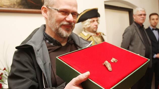 Posledních sto let bylo tělo barona Trencka v kapucínské hrobce nekompletní. Chyběl mu totiž palec na levé ruce. Někdo mu ho vzal přímo z hrobky. Od středy je ale tělo vojenského velitele opět celé.