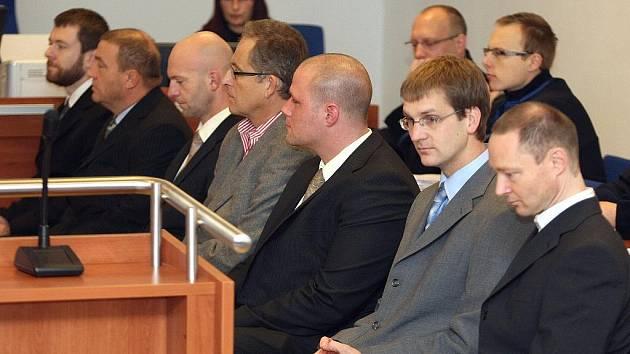 Ze smrti pacienta se zpovídá sedm lékařů. Zleva: Hynek Verner, Václav Vraspír, Vít Svěrák, Josef Všetíček, Roman Legát, Robert Doušek, Pavel Vysloužil.