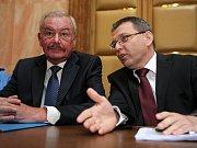 Zástupce Senátu Přemysl Sobotka a místopředseda Poslanecké sněmovny Lubomír Zaorálek.