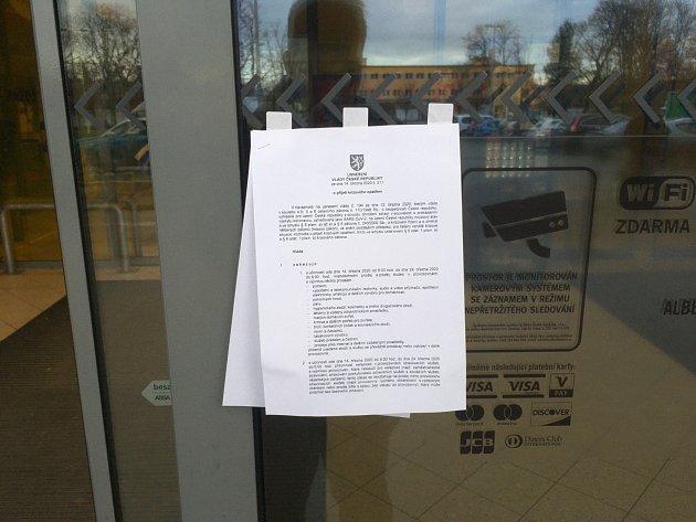 Vbrněnském hypermarketu Albert vTkalcovské ulici nově vyhlášené omezení připomíná přilepené Nařízení vlády uvstupu.