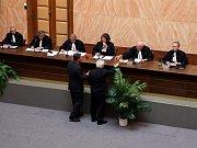 Ústavní soud rozhoduje o odkladu voleb.