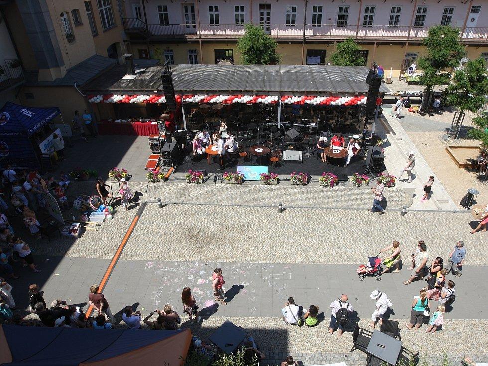 Prosluněná dvorana plná diváků přihlížejících zpěvu, tanci i všetečným rozhovorům s herci, které vedl Zdeněk Junák. I tak vypadaly oslavy 70. výročí, které si v sobotu připomnělo Městské divadlo Brno.