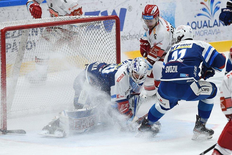 Brno 17.1.2021 - domácí HC Kometa Brno v modrém (Karel Vejmelka a Stanislav Svozil) proti Mountfield Hradec Králové