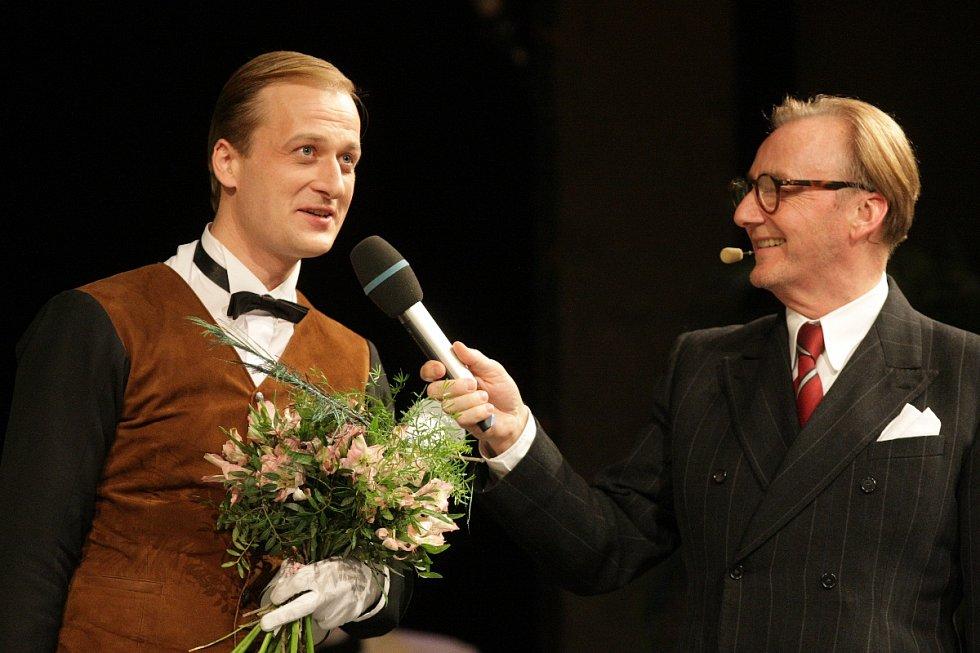 Martin Siničák v kostýmu sluhy Saturnina a Ondřej Havelka. Ceny Diva 2015.
