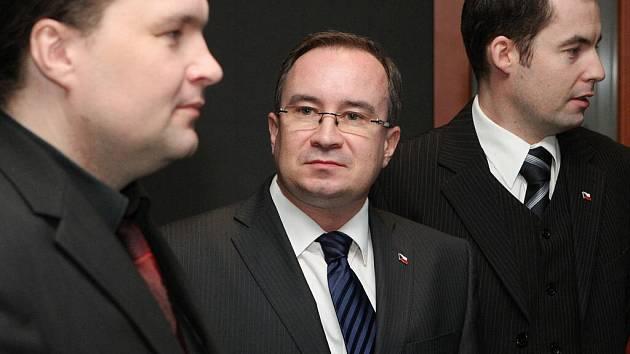 Představitelé Dělnické strany (zleva) Petr Kotáb, Tomáš Vandas a Martin Zbela u městského soudu v Brně.