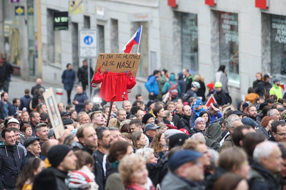 Lidé potřetí demonstrovali za nezávislou justici. Na Dominikánském náměstí se podle odhadů pořadatelů sešly tři tisíce protestujících.