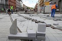Z jedné z hlavních ulic v centru Brna se stalo za necelé čtyři měsíce staveniště. Kromě velkých výluk v městské hromadné dopravě dělá rekonstrukce problémy i lidem žijícím v okolí.