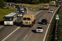 Desítky vozů americký armády projíždějící D1 a D2 jižní Moravou. Ilustrační foto.