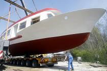 Nakládání lodi Lipsko pro Brněnskou přehradu na těžkonákladový kamion v lodějnici pana Jaroslava Jiráně v obci Hlavečník.