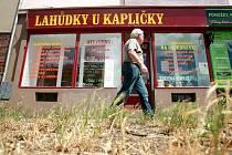 Do Minské a Horovy ulice v brněnských Žabovřeskách už smějí zajíždět jen auta místních a zásobování. Mnohé zákazníky složité objíždění a problémy s parkováním odrazují. Někteří obchodníci tak zaznamenali až poloviční propad tržeb.