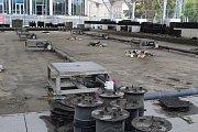 Na Moravském náměstí začaly opravy díry po propadlých fontánách. Po Německém domě zbyly dráty, které trčí ze země. Nechali je tam organizátoři festivalu.