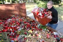 Redaktor Brněnského deníku Rovnost Petr Jeřábek si vyzkoušel práci hrobníka.