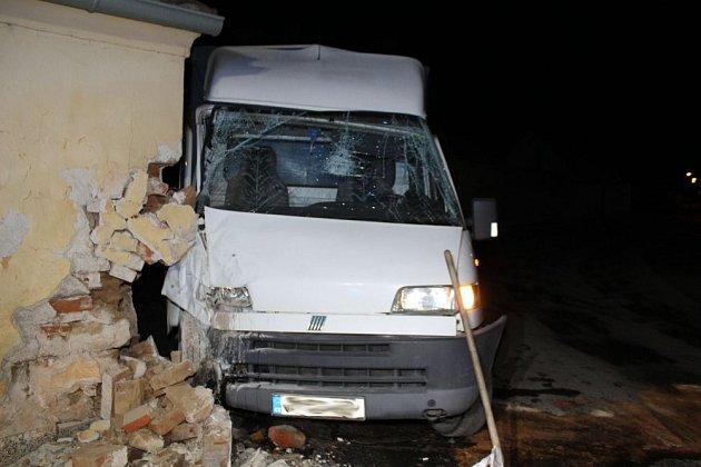 Vneděli večer nezvládl vivančické části Letkovice řízení dodávky Fiat sedmdesátiletý řidič a narazil do zdi tamní kapličky.