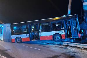 Noční rozjezd v Brně havaroval. Jedenáct zraněných.