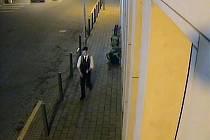 Agresora, který měl na zádech batoh, zachytily bezpečnostní kamery.