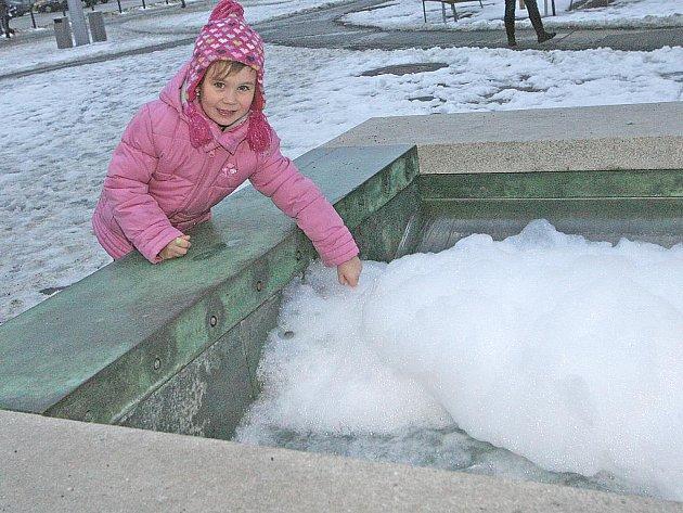 Nedávno spuštěná kašna Mírnost na Moravském náměstí prochází v těchto dnech důkladnou očistou. Neznámý vandal do ní totiž nalil saponát, na vodní hladině se tak vytvořila neobvyklá pěnová čepice.