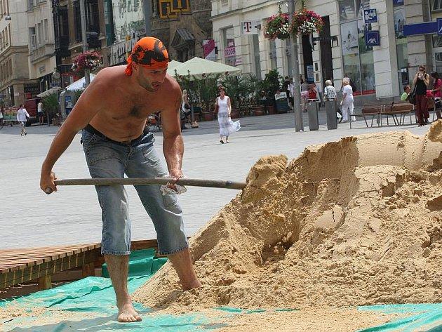 Tvorba písečné pláže na brněnském náměstí Svobody - ilustrační fotografie.