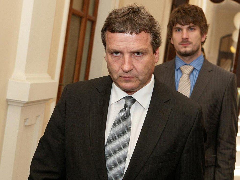 Radovan Novotný odchází po přečtení rozsudku ze síně krajského soudu v Brně.