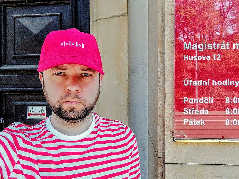 Brno pokrývá vrstva ušmudlanosti, říká spisovatel. V nové knize kritizuje i sídliště Kamechy.