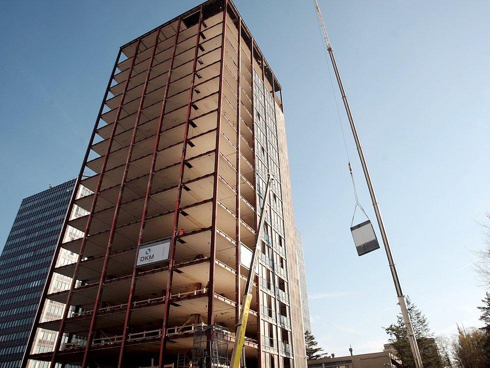 Opravy výškové budovy na Šumavské ulici v Brně.