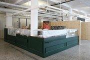 Prodejci v nově opravené tržnici připravují své stánky a doplňují zboží. Od pondělka tam lidé nakoupí kromě masa, domácích sýrů a uzenin i čerstvé pečivo, raw zákusky a bezlepkové dorty.