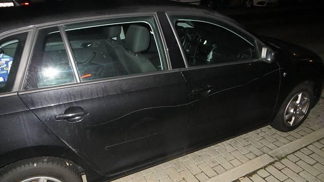 Vandal v brněnských Žabovřeskách poškrábal osm zaparkovaných aut.